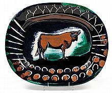 PABLO PICASSO (1881-1973) Taureau et arène, 1948 Plat rectangulaire Réplique authentique en terre de faïence blanche, décor à l'engo...