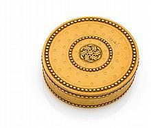 PARIS 1779 TABATIèRE ronde en or de couleur. Décor de rosace dans un triple entourage de rangs de perles et fond guilloché, ainsi qu...