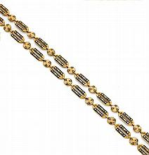 Années 1830 SAUTOIR en or jaune émaillé à grands maillons oblongs séparés par des motifs ronds. Il est émaillé de fleurettes et palm...