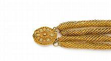 Années 1820 Bracelet souple à trois rangs de canetille d'or jaune 18K. Fermoir ovale en ors de couleur à décor de feuilles. Poids br...