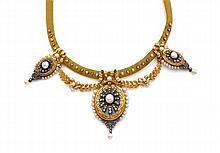 Années 1860 Collier draperie portant trois médailles ovales rehaussées de perles fines et diamants taillés en rose en or jaune 18K a...