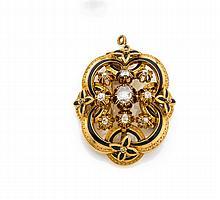 Années 1860 Broche ovale diamants Elle est de forme ovale à décor de ruban en or jaune 18K ciselé et souligné d'émail noir. Au centr...