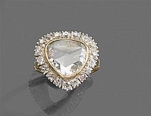 Bague diamant taillé en rose Elle est ornée d'un grand diamant taillé en rose piriforme en fine sertissure dans un entourage de diam...