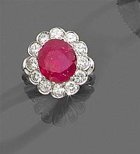 années 1950 Bague rubis entourage Elle est ornée d'un rubis ovale dans un entourage de diamants taille brillant. Monture en platine ...