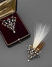 Années 1890 Pendentif aigrette à transformation Pendentif ornement à grandes volutes rehaussées de diamants taille brillant (TA) et ...