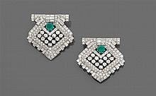 Années 1930 Importante broche double clip Elle se compose de deux clips de revers de forme losange portant au centre deux émeraudes ...