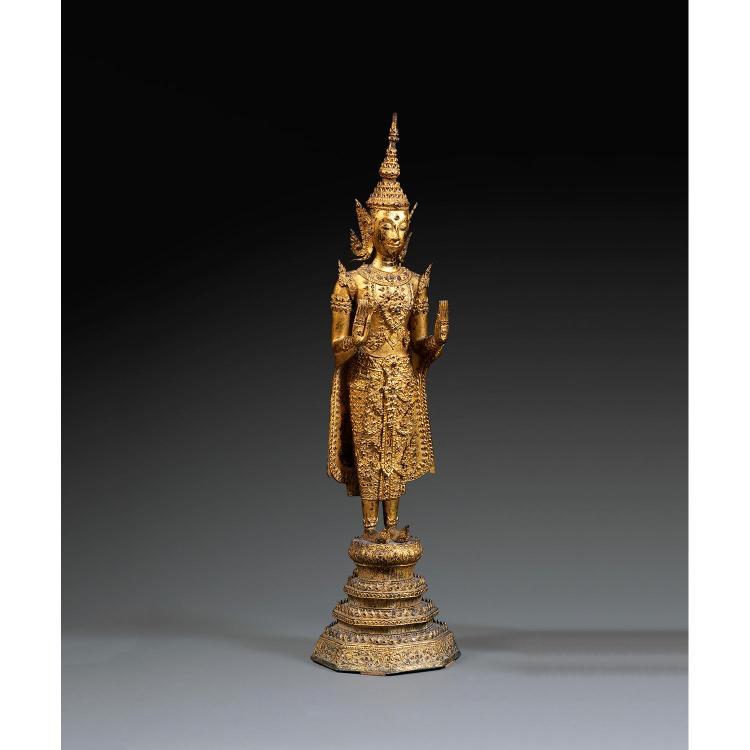 GRANDE STATUETTE DE BOUDDHA en bronze laqué, doré et rehaussé de verroterie et de pierres de couleur, représenté en samabhanga sur u...