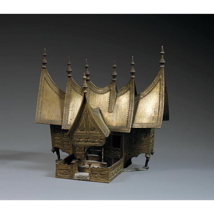 MAISON POUR LES ESPRITS (SANPHRAPHUM) en laiton, en forme de temple miniature, à riche décor traditionnel géométrique et végétal se ...