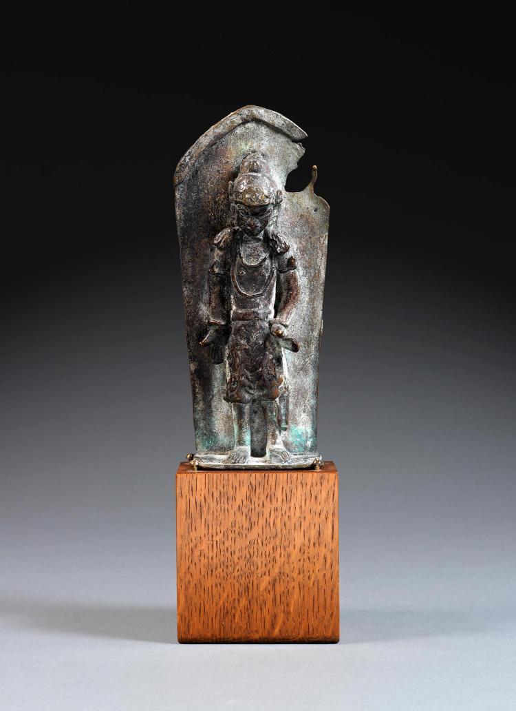 ƒ STÈLE DE STYLE MAJAPAHIT en bronze de patine sombre, représentant un gardien en samabhanga se détachant en quasi ronde-bosse d'une...