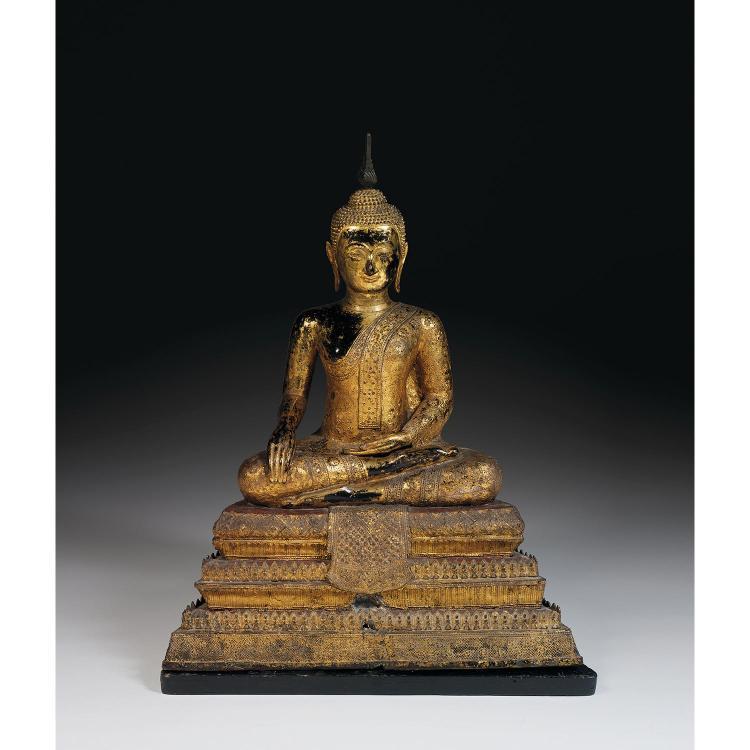 GRANDE STATUETTE DE BOUDDHA MARAVIJAYA en bronze laqué, doré et rehaussé de verroterie, représenté assis en padmasana sur une haute ...