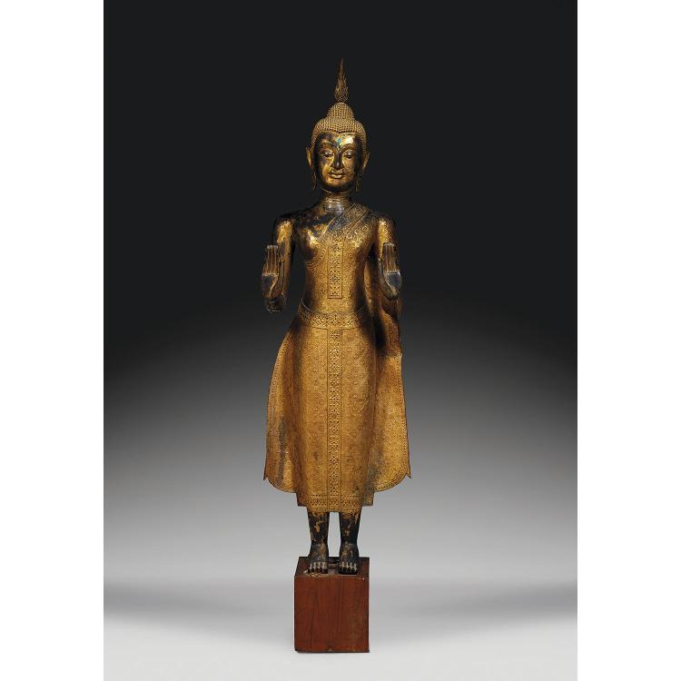 GRANDE STATUE DE BOUDDHA SHAKYAMUNI en bronze laqué, doré et rehaussé de verroterie, représenté en samabhanga, les mains en abhayamu...