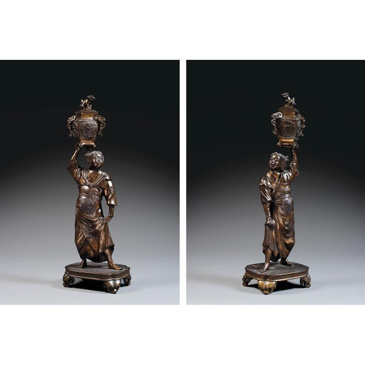 PAIRE D'ÉLÉGANTES STATUETTES en bronze de patine sombre légèrement mordorée, représentant deux personnages en pied sur une terrasse ...