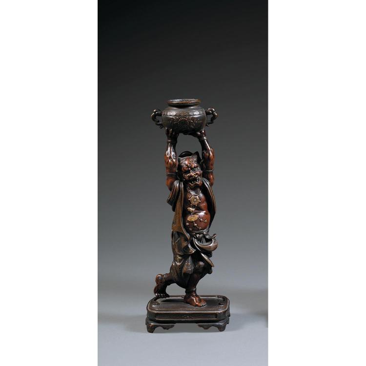 STATUETTE D''ONI en bronze polychrome et rehauts de dorure, représenté dansant sur une terrasse, ses vêtements et son pectoral volant...