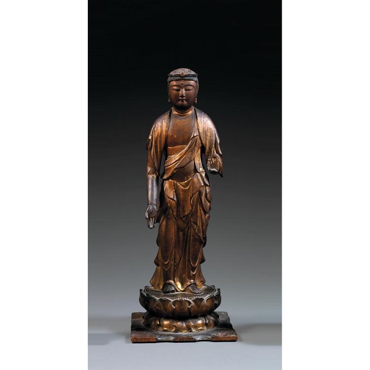 STATUETTE DE BODHISATTVA en bois laqué et doré, représenté en samabhanga sur un socle lotiforme, la main droite en varadamudra, vêtu...