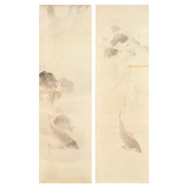 PAIRE DE PEINTURES VERTICALES à l''encre et lavis d''encre sur soie, représentant des carpes remontant le courant parmi les nénuphars....