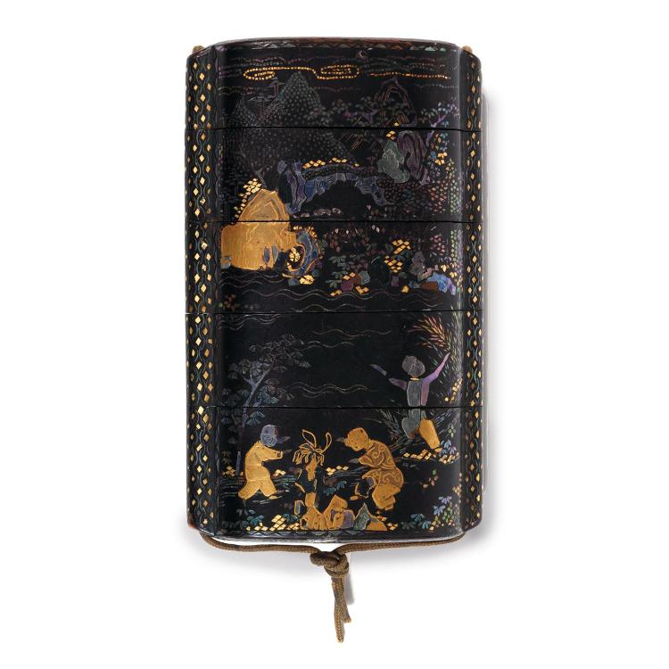 BEL INRÔ À QUATRE CASES DE TYPE SOMADA en laque ro-iro, à décor, en hiramaki-e or rehaussé d''incrustations d''aogai, de jeux d''enfant...