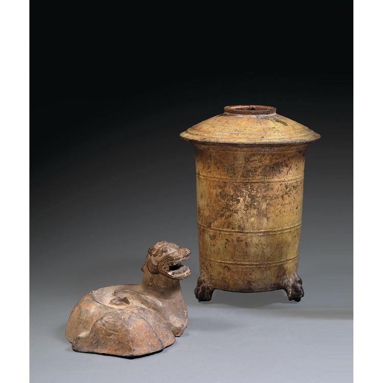 SUITE DE DEUX OBJETS tous deux en terre cuite, comprenant une base d''arbre à monnaies, à traces d''engobe, en forme de chimère couché...