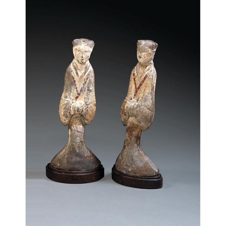PAIRE DE MINGQI REPRÉSENTANT DES DAMES DE COUR en terre cuite et engobes polychromes, représentées en pied, vêtues d''un ample mantea...