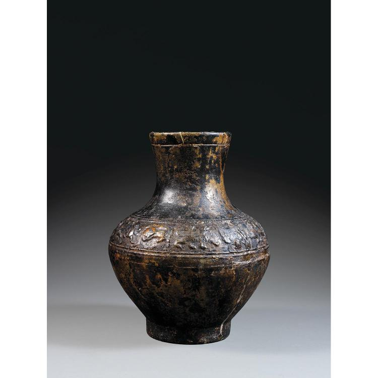 VASE ARCHAÏQUE HU en terre cuite et glaçure brun foncé à l''imitation du bronze, monté sur un petit talon, à panse fuselée et col lég...