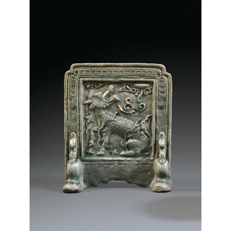 ÉCRAN DE TABLE en grès porcelaineux et couverte céladon, à décor, sur une face, d''un qiilin regardant la lune dans un entourage de m...