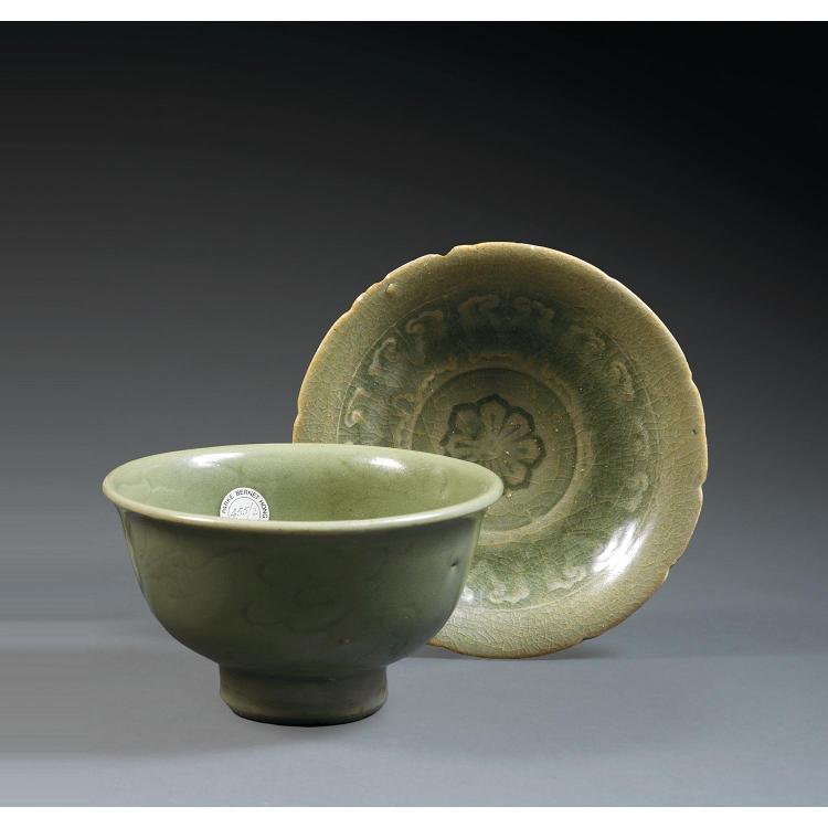 LOT DE DEUX BOLS en porcelaine et couverte céladon, tous deux montés sur un petit talon, le premier, Longquan, la paroi évasée, à dé...