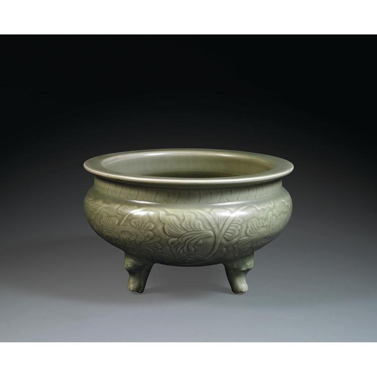 GRAND BRÛLE-PARFUM en porcelaine et couverte céladon mate, monté sur trois petits pieds zoomorphes, à panse globulaire aplatie, larg...