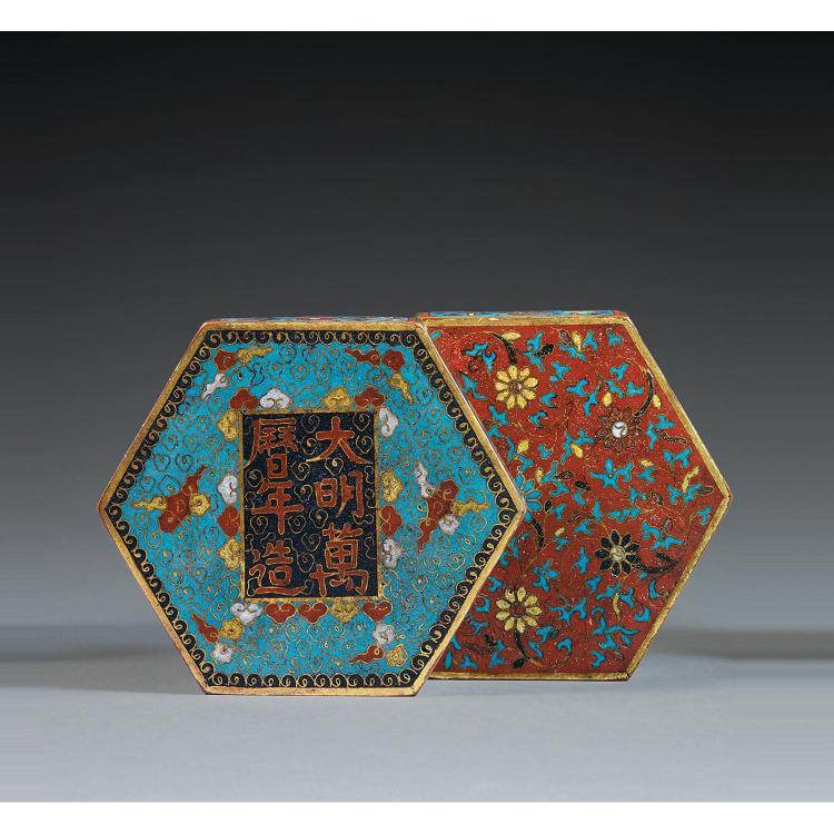 BELLE BOÎTE COUVERTE en cuivre doré et émaux cloisonnés polychromes, de forme hexagonale, à décor, sur le couvercle, de fleurs et ri...