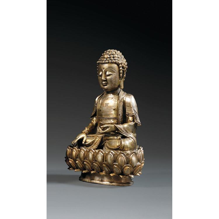 STATUETTE DE BOUDDHA SUR SON SOCLE LOTIFORME en bronze, assis en vajrasana, la main droite en bhumisparsamudra, la gauche en varadam...