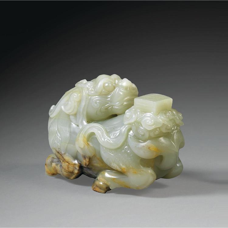 GRANDE STATUETTE DE CHIMÈRE BIXIE en jade néphrite céladon veiné de rouille, représenté couché, la tête tournée vers l''arrière-train...