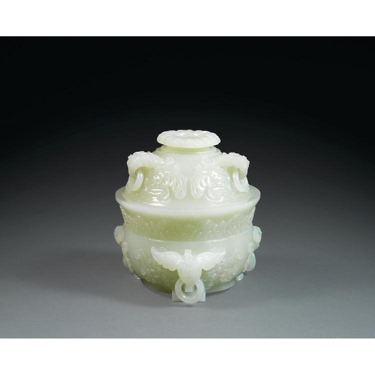 BEAU BRÛLE-PARFUM COUVERT DE STYLE QIANLONG en jade néphrite céladon pâle infusé de blanc, monté sur trois petits pieds en forme d''e...