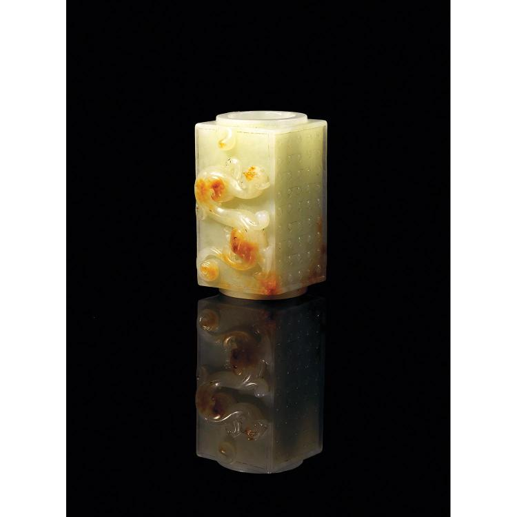 PETIT TUBE CONG en jade néphrite céladon pâle veiné de rouille, à section externe carrée et à section interne circulaire, à décor de...