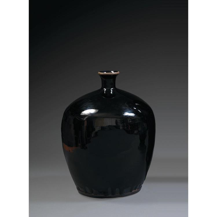 VASE BOUTEILLE en grès porcelaineux et couverte noire des fours de Hunan, à panse fuselée et petit col légèrement évasé à l''ouvertur...
