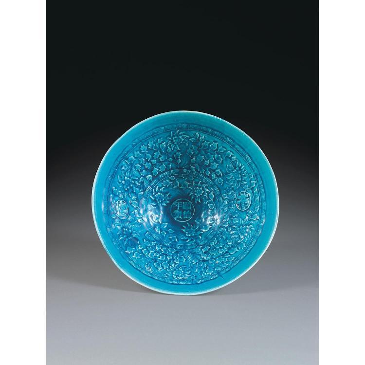 GRAND BOL EN CHAPEAU DE PAILLE en porcelaine et couverte bleue, monté sur un petit talon, la paroi droite très évasée, à décor flora...