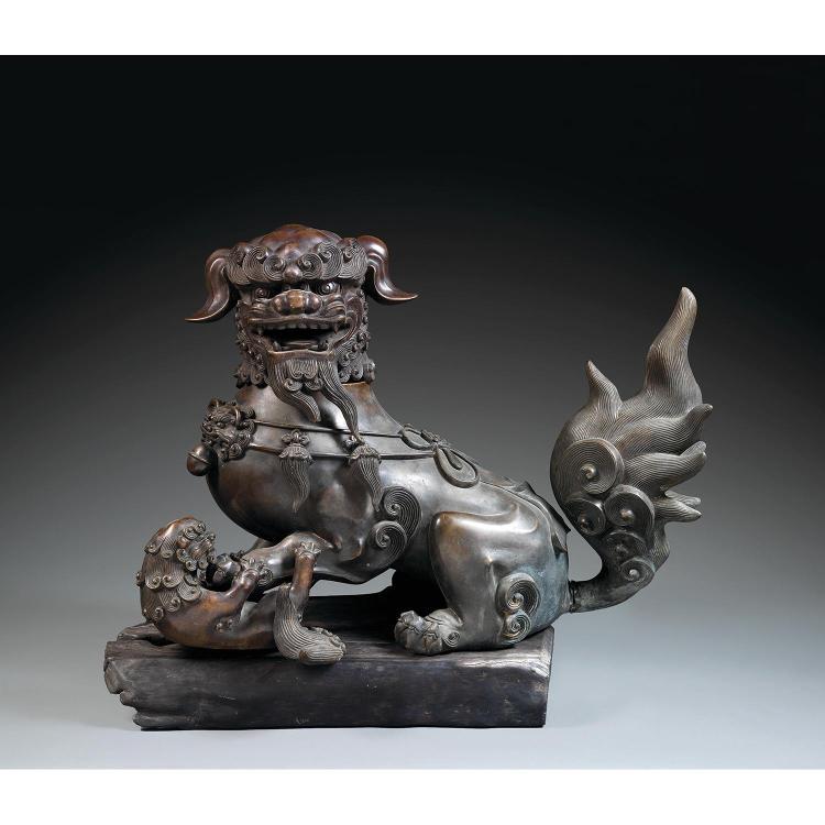 GRAND BRÛLE-PARFUM EN FORME DE LION BOUDDHIQUE en bronze de patine sombre, représenté assis, la patte gauche sur sa progéniture, le ...