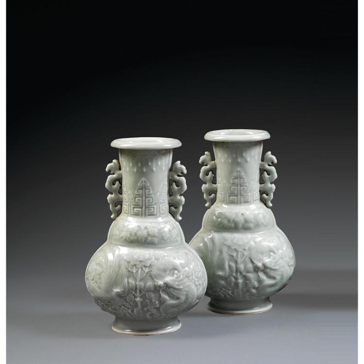 PAIRE DE VASES BOUTEILLES en porcelaine et couverte céladon, montés sur un petit talon, à panse ovale, épaulement bombé et col cylin...