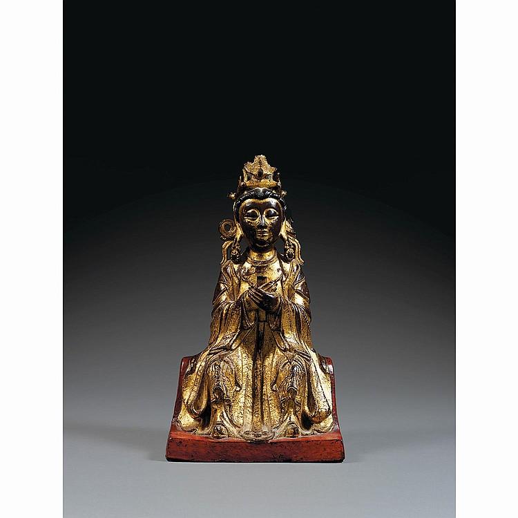 STATUETTE DE GUANYIN en bronze laqué et doré, assise en bhadrasana sur un trône ajouré, les mains jointes tenant une tablette, vêtue...