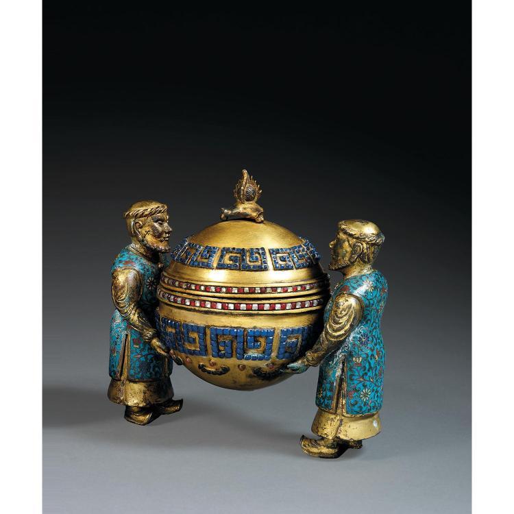 BRÛLE-PARFUM COUVERT DE STYLE KANGXI en alliage de cuivre doré et émaux cloisonnés polychromes, composé de deux personnages orientau...