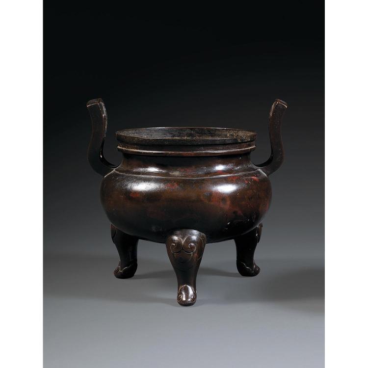 BRÛLE-PARFUM DING en bronze de belle patine brune nuancée de rouge, monté sur trois pieds décorés d''un ruyi, à panse sphérique mépla...