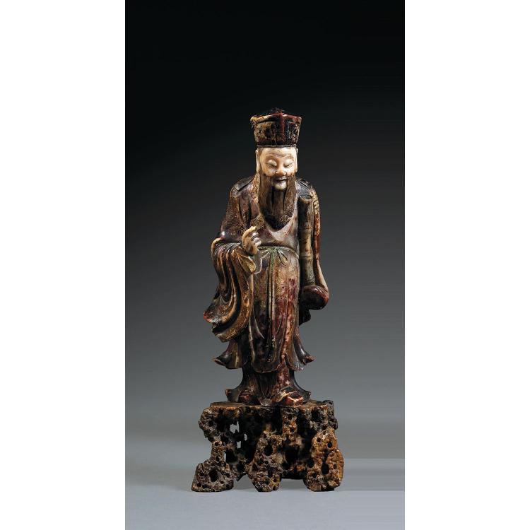 STATUETTE DE ZHANG GUO LAO en stéatite polychrome, l''immortel représenté en pied sur un rocher, le tambour cylindrique yugu dans la ...