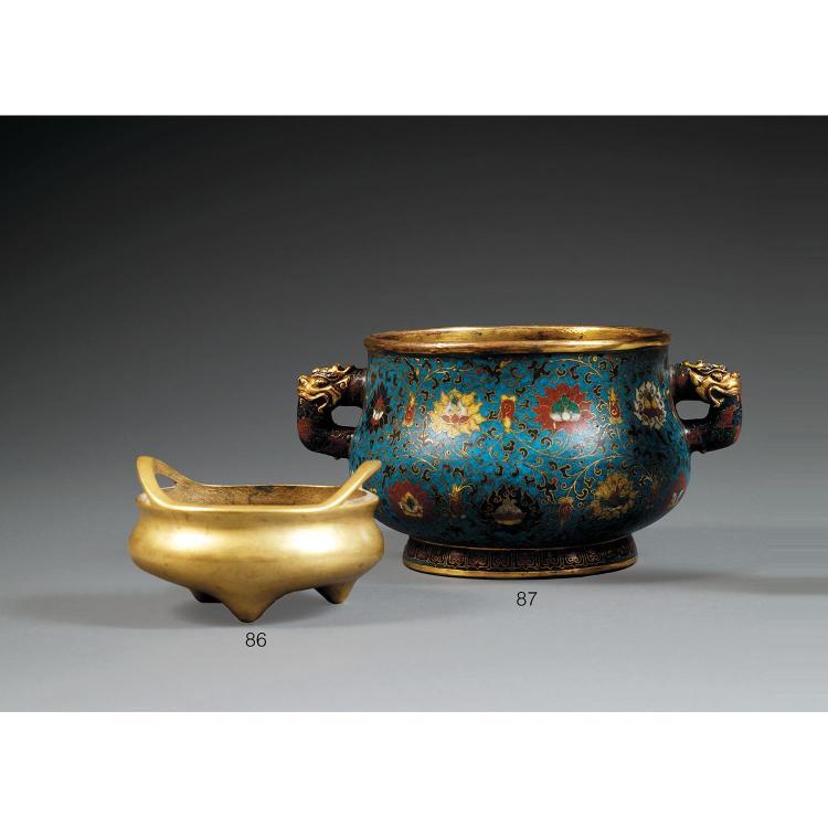 BRÛLE-PARFUM en bronze doré et émaux cloisonnés polychromes sur fond bleu, monté sur un petit talon, à panse bombée accostée de pris...