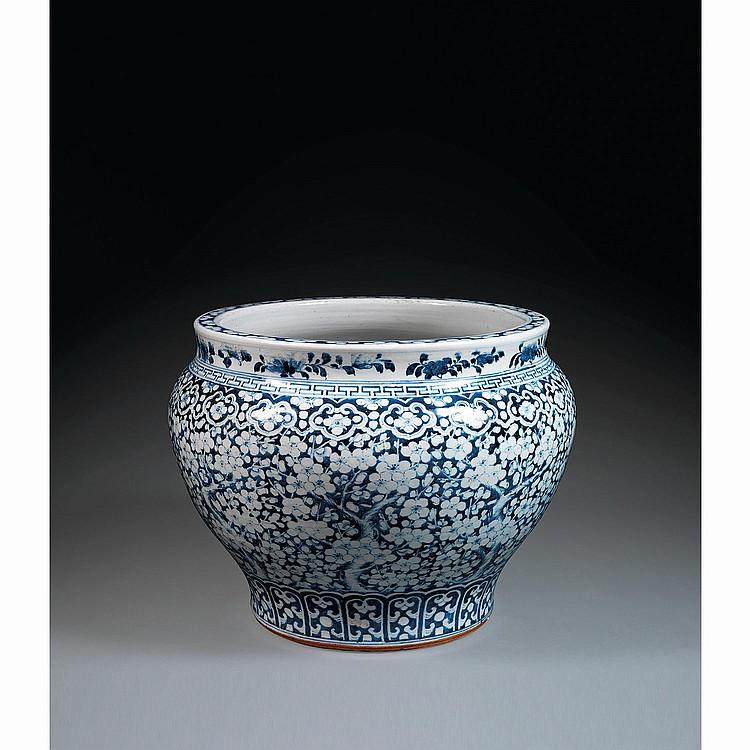 JARDINIÈRE en porcelaine et bleu de cobalt sous couverte, montée sur une base cintrée, à panse ovoïde et épaulement marqué, à décor ...