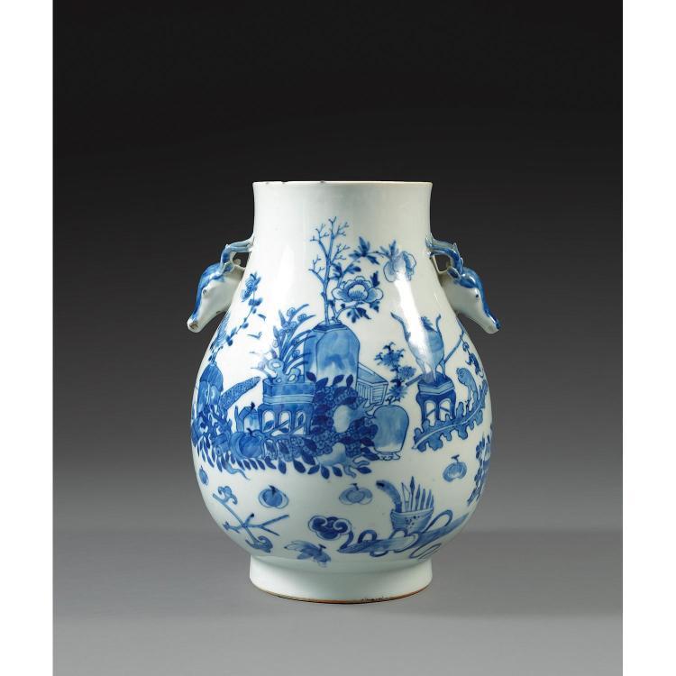 INTÉRESSANT VASE HU en porcelaine et bleu de cobalt sous couverte, monté sur un petit talon, à panse ovoïde et petit col évasé accos...