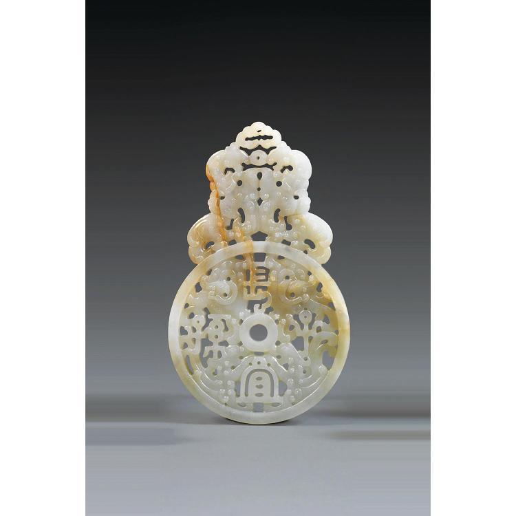 DISQUE ARCHAÏSANT en jade néphrite céladon veiné de rouille, à décor, sculpté et ajouré, de chimères affrontées et caractères auspic...