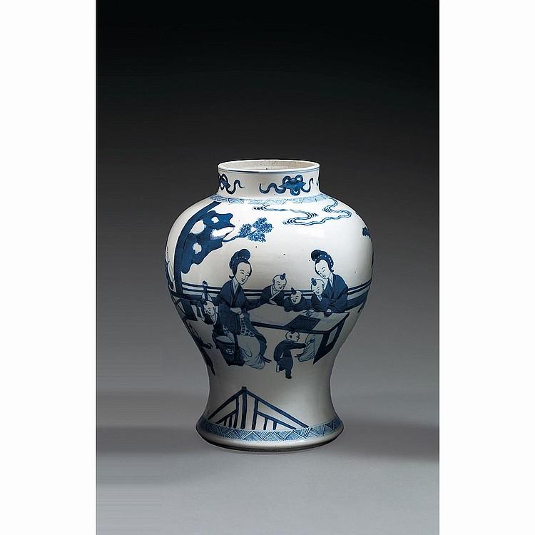 JARRE en porcelaine et bleu de cobalt sous couverte, à base cintrée, panse ovoïde et col cylindrique, à décor, sur la panse, de jeux...