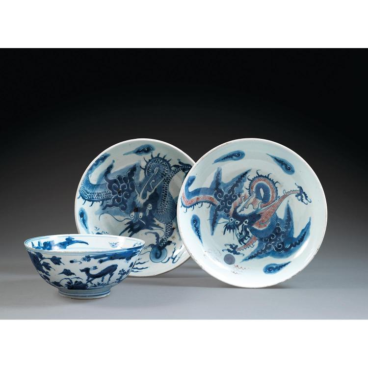 SUITE DE DEUX PLATS en porcelaine et bleu de cobalt sous couverte, l''un rehaussé de rouge de cuivre, tous deux montés sur un petit t...