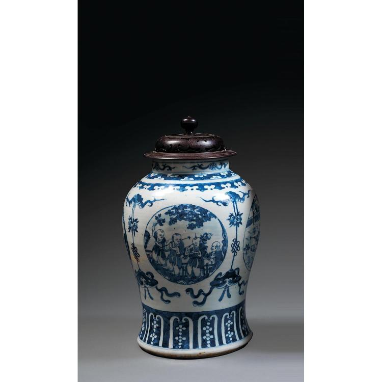 JARRE en porcelaine et bleu de cobalt sous couverte, à base cintrée, panse ovoïde et col cylindrique, à décor de trois médaillons ci...