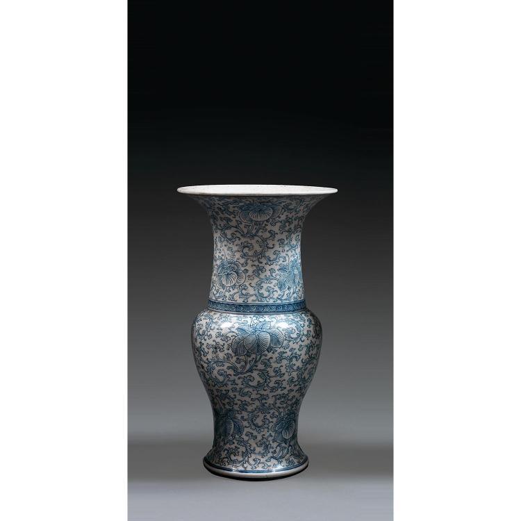 VASE EN QUEUE DE PHÉNIX en porcelaine et bleu de cobalt sous couverte, à base cintrée, panse ovoïde, haute épaule renflée et long co...