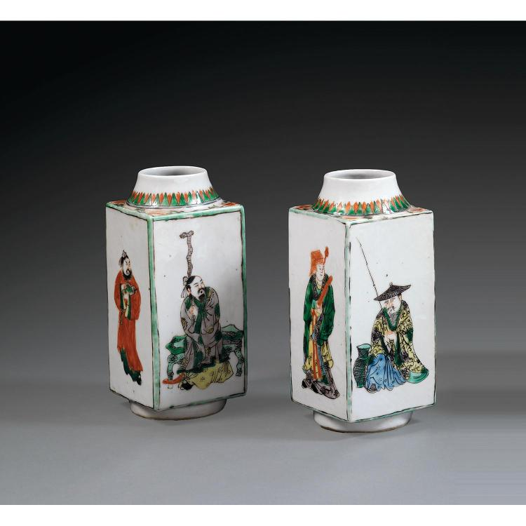 PAIRE DE VASES CONG en porcelaine et émaux polychromes dans le style de la famille verte, montés sur un petit talon, à panse carrée ...