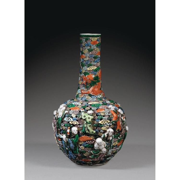 VASE RÉTICULÉ TIANQIUPING en porcelaine et émaux polychromes dans le style de la famille verte, à panse sphérique ajourée et long co...