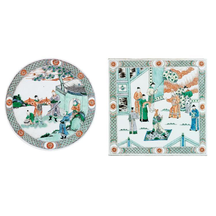 SUITE DE DEUX PLAQUES en porcelaine, émaux polychromes dans le style de la famille verte et dorure, l''une ronde, l''autre carrée, à d...